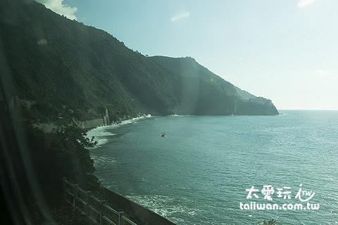 火車沿著海岸開可以沿途欣賞風景