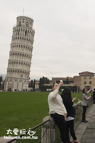 每個遊客都在擺最佳的姿勢要跟斜塔合照