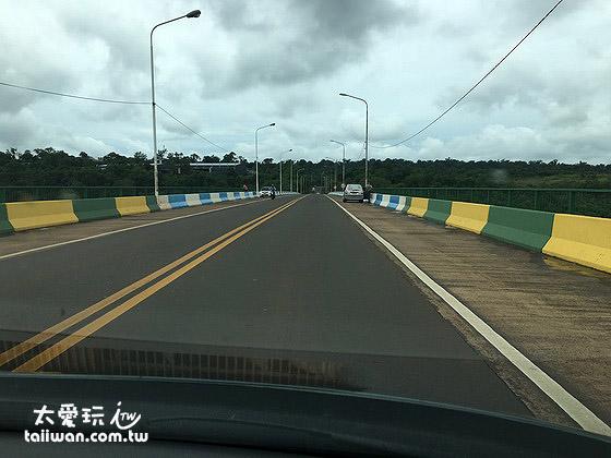 兩邊護欄代表著巴西與阿根廷的顏色