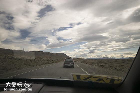 前進艾爾卡拉法特El Calafate沿路一片沙漠