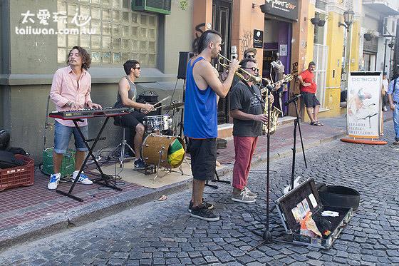 街上表演的樂團也變少了