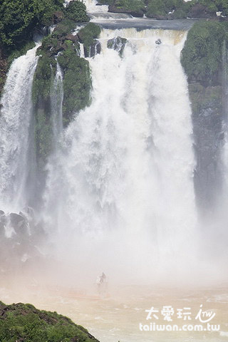 準備要衝進去瀑布裡囉