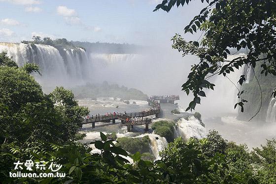 巴西伊瓜蘇瀑布也有走進瀑布的步道