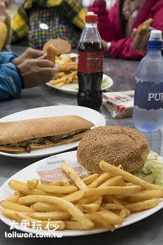 2份漢堡套餐、1份炸魚薯條套餐,再加單點一份三明治,台幣2000元不到