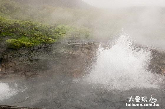 滾燙的溫泉噴發中