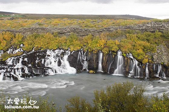 一整片相連的瀑布由岩石上蔓延開來