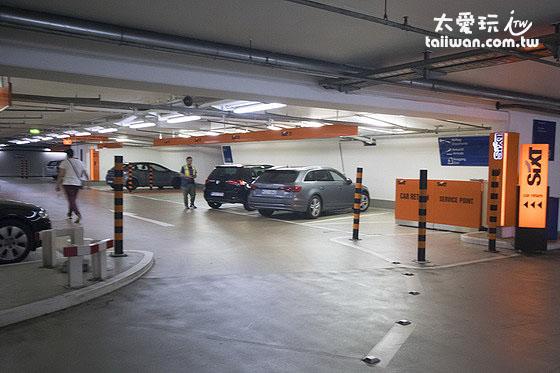 自己到機場地下停車場找車