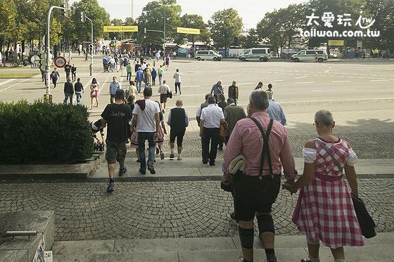 慕尼黑啤酒節會場就在前面