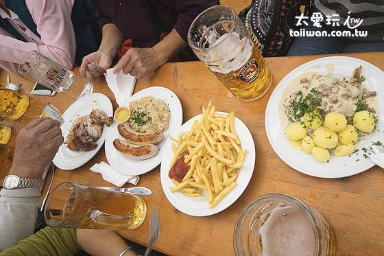 啤酒、烤雞、香腸、薯條、馬鈴薯球