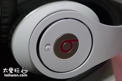 耳機右邊外側開關與b字樣