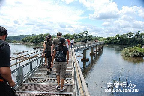 步行1.2公里(約25分鐘)穿過河面才能抵達