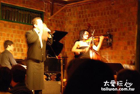 Caf e Tortoni的Tango Show還有歌唱與音樂表演