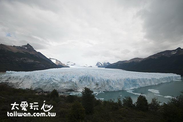 6公里寬的巨大Perito Moreno 冰川