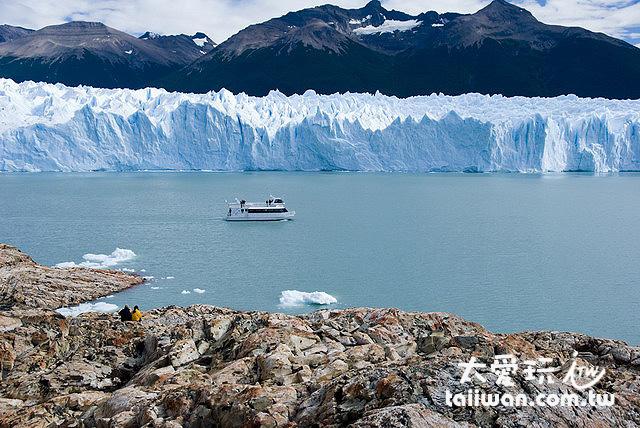 船可以襯托出冰河的巨大!