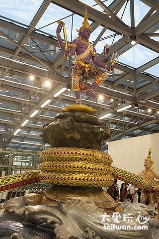 Siva(濕婆)站在山頂,毗濕奴化成靈龜頂著須彌山