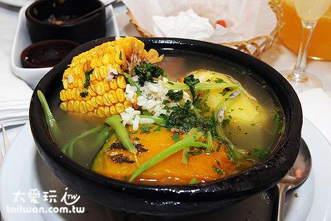 道地的智利菜-玉米、馬鈴薯、牛肉再加一點點飯(湯最好喝)