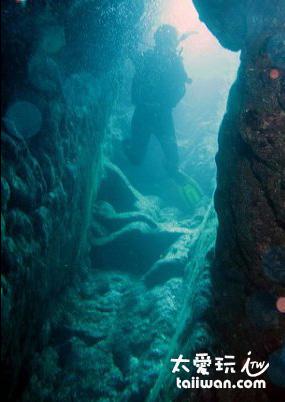 El Bell 是一處由水面延伸至海面下 32 公尺 如煙囪般的開放型通道