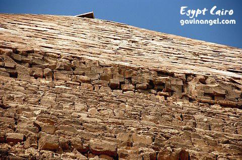 哈佛瑞(Khafre)金字塔上部還有原始的裝修材