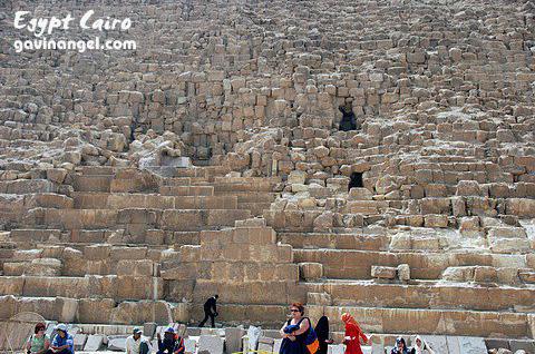 站在金字塔下才知道它有多巨大