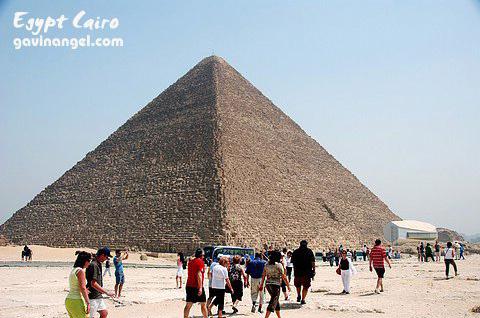 胡夫(Khufu)金字塔旁還有一個太陽船博物館