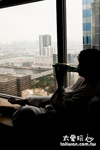 坐在窗邊喝酒看海景