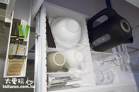 電熱水瓶、咖啡茶具、簡單的餐具