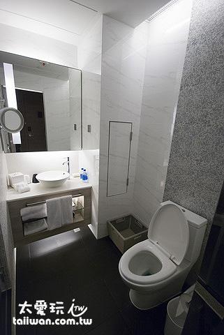 旺角薈賢居浴室的設計簡單、高雅