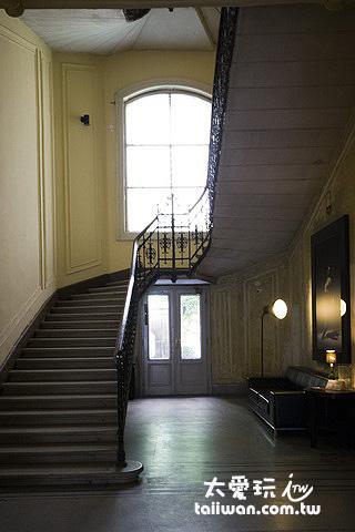 百年老公寓的樓層都挑高