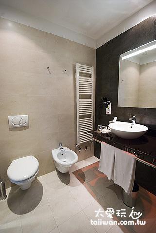 浴室空間寬敞且乾淨