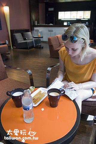 Lounge Bar每天上午10點到下午5點免費無限供應茶、咖啡、礦泉水與簡單的餅乾