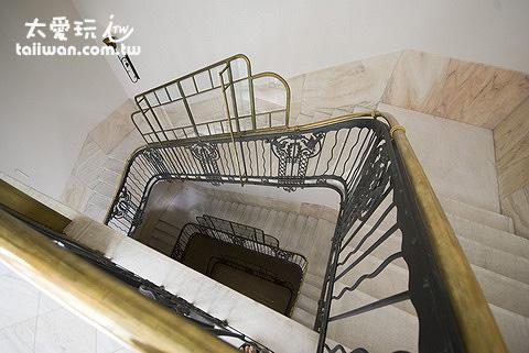 樓梯的扶手是空心的銅製品