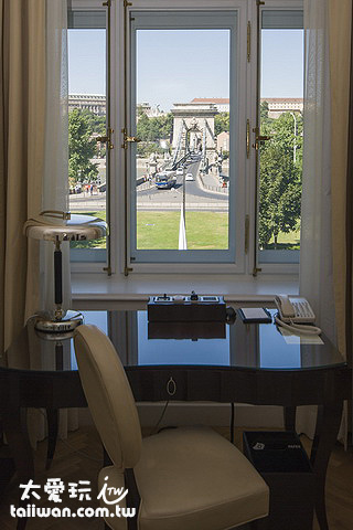 部分房間窗子打開就是布達佩斯地標 - 鍊子橋