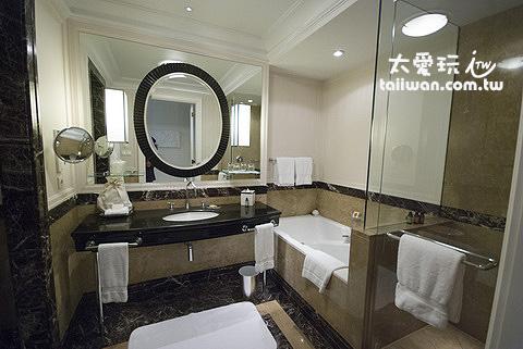浴室空間寬敞,有一個大浴缸及獨立淋浴間