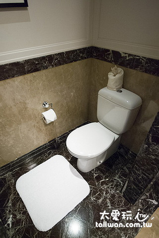 浴室馬桶也是獨立隔間