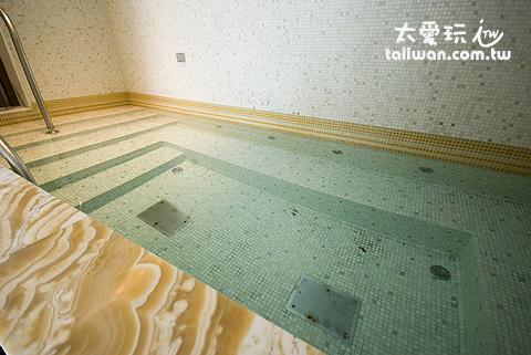 三溫暖熱水池