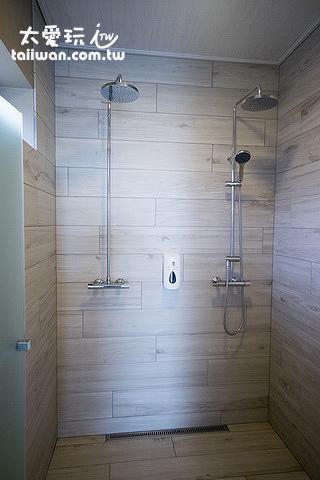 更衣室淋浴