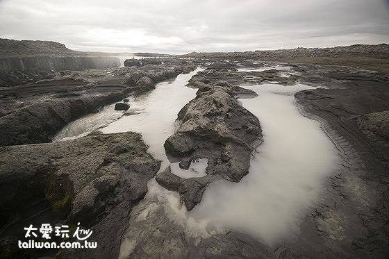 抵達Selfoss瀑布前地面布滿許多小河流
