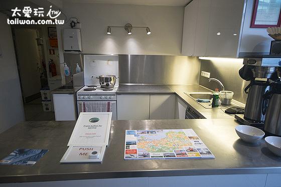 極光賓館公用廚房兼櫃台,廚房只能晚上使用,且沒有排油煙機
