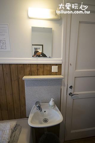 極光賓館經濟雙床房有小洗手台