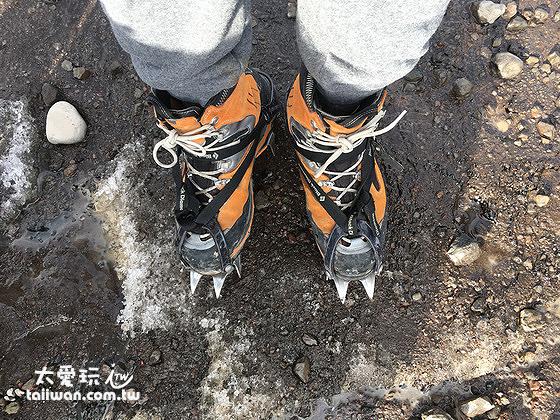 Troll Expeditions的攀冰專用鞋及冰爪