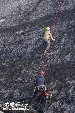 向上爬將近90度的冰牆