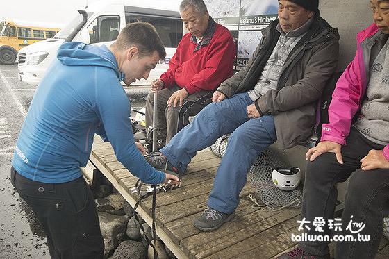 工作人員幫你試穿冰爪鞋