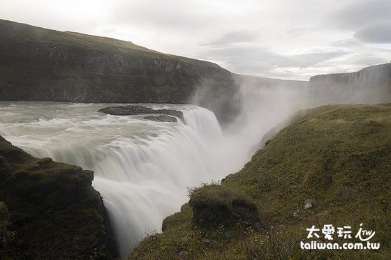 整個地形從瀑布開始被切出一個寬20公尺長2.5公里的深谷