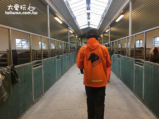 馬場提供全套雨衣、安全帽與手套
