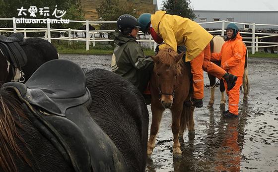 工作人員協助上馬