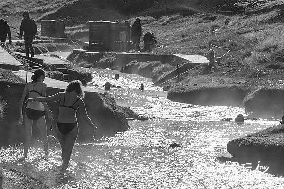 Reykjadalur山谷裡有一處天然的野溪溫泉