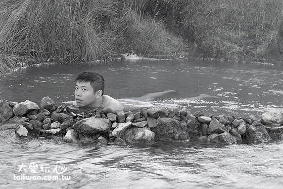 上游的溫泉溫度太高沒有西方人會來,可以獨佔整池的野溪溫泉