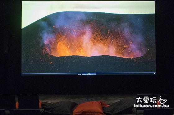 電影的部分只有12分鐘,主要是放映冰島最近火山噴發的紀錄片