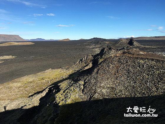 一望無際的大地覆蓋著黑色的火山熔岩