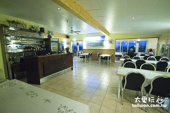 斯通小屋旅館餐廳提供早、晚餐